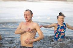 Gomel, Weißrussland - 19. Januar 2017: Baden in den orthodoxen Leuten des Lochs auf Feiertag Taufe von Christus Lizenzfreie Stockfotos