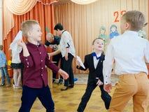 GOMEL, WEISSRUSSLAND - 22. FEBRUAR 2019: Matinee im Kindergarten eingeweiht dem Tag der sowjetischen Armee stockfotografie