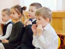 GOMEL, WEISSRUSSLAND - 22. FEBRUAR 2019: Matinee im Kindergarten eingeweiht dem Tag der sowjetischen Armee stockfoto