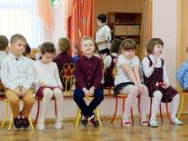 GOMEL, WEISSRUSSLAND - 22. FEBRUAR 2019: Matinee im Kindergarten eingeweiht dem Tag der sowjetischen Armee stockbild