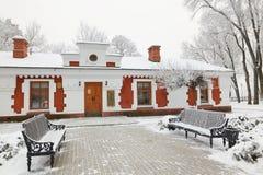 GOMEL, WEISSRUSSLAND - 23. JANUAR 2018: Das Gebäude das Museum der Volkskunst im Stadtpark im eisigen Frost Lizenzfreie Stockfotografie
