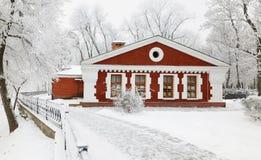GOMEL, WEISSRUSSLAND - 23. JANUAR 2018: Das Gebäude das Museum der Volkskunst im Stadtpark im eisigen Frost Lizenzfreie Stockfotos
