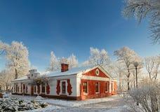 GOMEL, WEISSRUSSLAND - 23. JANUAR 2018: Das Gebäude das Museum der Volkskunst im Stadtpark im eisigen Frost Lizenzfreie Stockbilder
