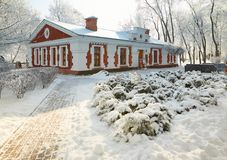 GOMEL, WEISSRUSSLAND - 23. JANUAR 2018: Das Gebäude das Museum der Volkskunst im Stadtpark im eisigen Frost Stockbild