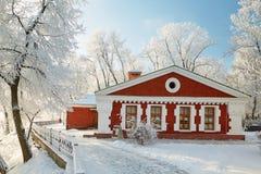 GOMEL, WEISSRUSSLAND - 23. JANUAR 2018: Das Gebäude das Museum der Volkskunst im Stadtpark im eisigen Frost Lizenzfreies Stockfoto