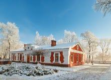 GOMEL, WEISSRUSSLAND - 23. JANUAR 2018: Das Gebäude das Museum der Volkskunst im Stadtpark im eisigen Frost Stockfoto