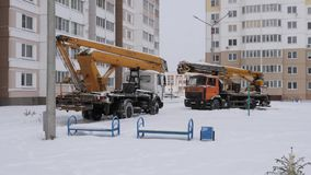 GOMEL, WEISSRUSSLAND - 13. JANUAR 2019: ein LKW festgeklemmt im Schnee schleppen stock footage