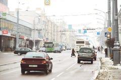 GOMEL, WEISSRUSSLAND - 19. Januar 2018: Handeln Sie Verkehr auf der Allee von Lenin im Winter Lizenzfreies Stockfoto