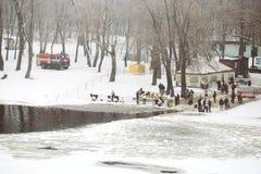 GOMEL, WEISSRUSSLAND - 19. Januar 2018: organisiertes Baden im Fluss für das Fest der Taufe Stockfotografie