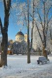 GOMEL, WEISSRUSSLAND - 23. JANUAR 2018: Peter und Paul Cathedral in der Stadt parken im eisigen Frost Stockfotos