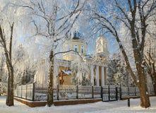 GOMEL, WEISSRUSSLAND - 23. JANUAR 2018: Peter und Paul Cathedral in der Stadt parken im eisigen Frost Stockbilder