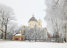 GOMEL, WEISSRUSSLAND - 23. JANUAR 2018: Peter und Paul Cathedral in der Stadt parken im eisigen Frost Lizenzfreies Stockfoto
