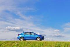 GOMEL, WEISSRUSSLAND - 5. JUNI 2016: Renault Logan Das Auto ist auf einem Hintergrund der Natur blau Lizenzfreies Stockfoto