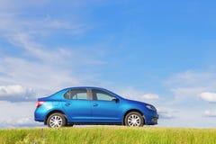 GOMEL, WEISSRUSSLAND - 5. JUNI 2016: Renault Logan Das Auto ist auf einem Hintergrund der Natur blau Stockfotos