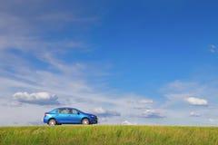 GOMEL, WEISSRUSSLAND - 5. JUNI 2016: Renault Logan Das Auto ist auf einem Hintergrund der Natur blau Stockbild