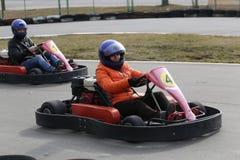 GOMEL, WEISSRUSSLAND - 8. MÄRZ 2010: Amateurwettbewerbe in den Rennen auf karting Bahn organisierte Erholung Stockfoto