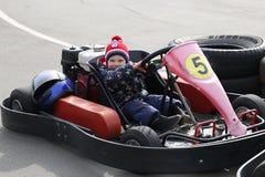 GOMEL, WEISSRUSSLAND - 8. MÄRZ 2010: Amateurwettbewerbe in den Rennen auf karting Bahn organisierte Erholung Lizenzfreie Stockfotografie