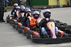 GOMEL, WEISSRUSSLAND - 8. MÄRZ 2010: Amateurwettbewerbe in den Rennen auf karting Bahn organisierte Erholung Lizenzfreie Stockfotos