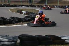 GOMEL, WEISSRUSSLAND - 8. MÄRZ 2010: Amateurwettbewerbe in den Rennen auf karting Bahn organisierte Erholung Stockfotografie