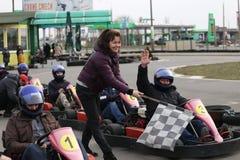 GOMEL, WEISSRUSSLAND - 8. MÄRZ 2010: Amateurwettbewerbe in den Rennen auf karting Bahn organisierte Erholung Stockbild
