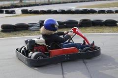 GOMEL, WEISSRUSSLAND - 8. MÄRZ 2010: Amateurwettbewerbe in den Rennen auf karting Bahn organisierte Erholung Lizenzfreie Stockbilder