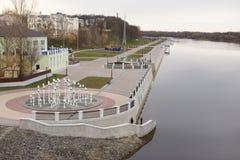 GOMEL, WEISSRUSSLAND - 29. MÄRZ 2017: Ansicht des Sosch-Fluss-Dammes Lizenzfreie Stockbilder