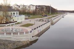 GOMEL, WEISSRUSSLAND - 29. MÄRZ 2017: Ansicht des Sosch-Fluss-Dammes Stockbild