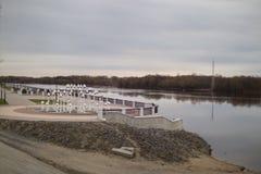 GOMEL, WEISSRUSSLAND - 29. MÄRZ 2017: Ansicht des Sosch-Fluss-Dammes Lizenzfreies Stockfoto