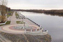 GOMEL, WEISSRUSSLAND - 29. MÄRZ 2017: Ansicht des Sosch-Fluss-Dammes Stockfoto