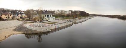 GOMEL, WEISSRUSSLAND - 29. MÄRZ 2017: Ansicht des Sosch-Fluss-Dammes Stockfotos