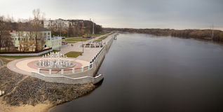 GOMEL, WEISSRUSSLAND - 29. MÄRZ 2017: Ansicht des Sosch-Fluss-Dammes Lizenzfreie Stockfotografie