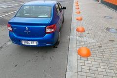 GOMEL, WEISSRUSSLAND - 24. MAI 2017: Blaues Auto RENO LOGANs geparkt am Fußweg Lizenzfreies Stockbild