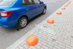GOMEL, WEISSRUSSLAND - 24. MAI 2017: Blaues Auto RENO LOGANs geparkt am Fußweg Lizenzfreie Stockfotografie