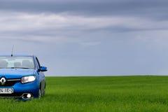 GOMEL, WEISSRUSSLAND - 24. Mai 2017: das blaue Auto wird auf dem grünen Feld geparkt Lizenzfreies Stockfoto