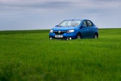 GOMEL, WEISSRUSSLAND - 24. Mai 2017: das blaue Auto wird auf dem grünen Feld geparkt Lizenzfreie Stockfotos