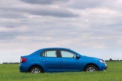 GOMEL, WEISSRUSSLAND - 24. Mai 2017: das blaue Auto wird auf dem grünen Feld geparkt Stockfoto