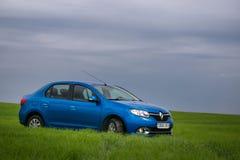GOMEL, WEISSRUSSLAND - 24. Mai 2017: das blaue Auto wird auf dem grünen Feld geparkt Stockbild