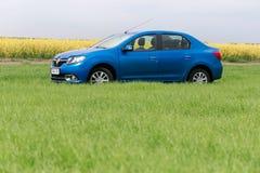 GOMEL, WEISSRUSSLAND - 24. Mai 2017: das blaue Auto wird auf dem grünen Feld geparkt Lizenzfreies Stockbild