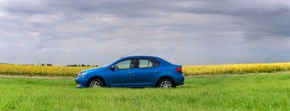 GOMEL, WEISSRUSSLAND - 24. Mai 2017: das blaue Auto wird auf dem grünen Feld geparkt Stockfotos