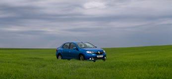 GOMEL, WEISSRUSSLAND - 24. Mai 2017: das blaue Auto wird auf dem grünen Feld geparkt Stockbilder