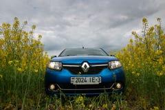 GOMEL, WEISSRUSSLAND - 24. Mai 2017: das blaue Auto wird auf dem Rapssamenfeld geparkt Lizenzfreie Stockbilder