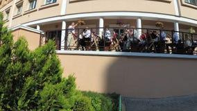 GOMEL, WEISSRUSSLAND - 30. Mai 2018: Das Schulorchester spielt an der ernsten Schullinie, die dem Ende des Schuljahres eingeweiht stock video