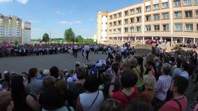 GOMEL, WEISSRUSSLAND - 30. Mai 2018: Ernste Schullinie eingeweiht dem Ende des Schuljahres Letzter Aufruf stock video footage