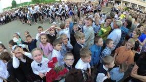 GOMEL, WEISSRUSSLAND - 30. Mai 2018: Ernste Schullinie eingeweiht dem Ende des Schuljahres Letzter Aufruf stock footage