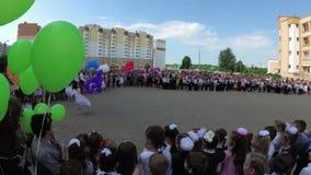 GOMEL, WEISSRUSSLAND - 30. Mai 2018: Ernste Schullinie eingeweiht dem Ende des Schuljahres Letzter Aufruf stock video