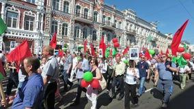 GOMEL, WEISSRUSSLAND - 9. Mai 2018: Festliche Prozession von Leuten auf Victory Day-Parade stock video