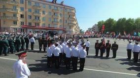 GOMEL, WEISSRUSSLAND - 9. Mai 2018: Festliche Prozession von Leuten auf Victory Day-Parade stock video footage