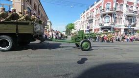 GOMEL, WEISSRUSSLAND - 9. Mai 2018: Festliche Prozession von Leuten auf Victory Day-Parade stock footage