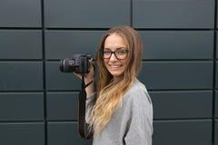 GOMEL, WEISSRUSSLAND - 24. MAI 2017: Mädchen mit Gläsern mit SONY-Kamera Lizenzfreie Stockbilder
