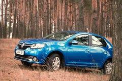 GOMEL, WEISSRUSSLAND - 18. OKTOBER 2016: Renault Logan Das Auto ist auf einem Hintergrund der Natur blau Stockfotos